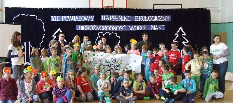 Uczestnicy, goście i organizatorzy spotkania w szkole w Jamielniku