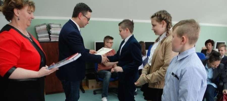 Przedstawiciele wszystkich samorządów otrzymali książki i pamiątkowe dyplomy