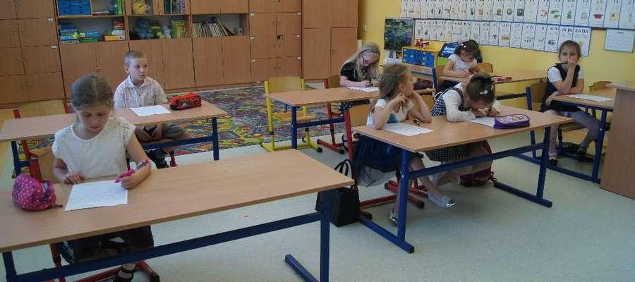 Podczas pisania dyktanda w szkole w Gwiździnach
