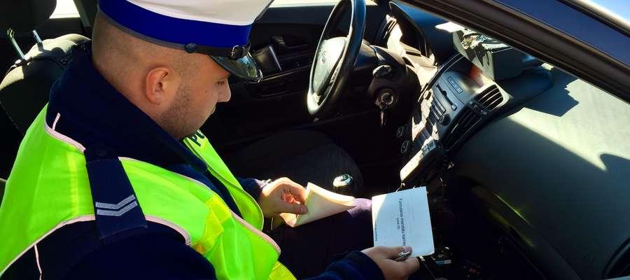 Policjant podczas kontroli drogowej