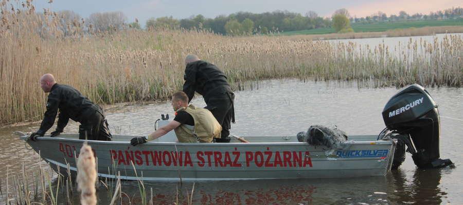 Strażacy wyciągnęli zwłoki mężczyzny owinięte siecią rybacką z wody dawnego jeziora Sajno i przetransportowali na brzeg.