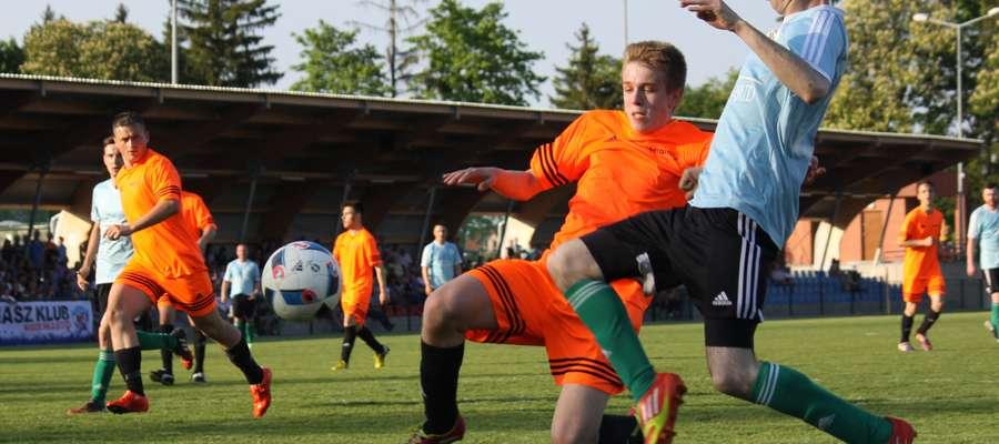 Derby w Górowie Iławeckim: o piłkę walczą Sławomir Mycio (Cresovia, błękitna koszulka) i Maciej Kadziewicz (Victoria)