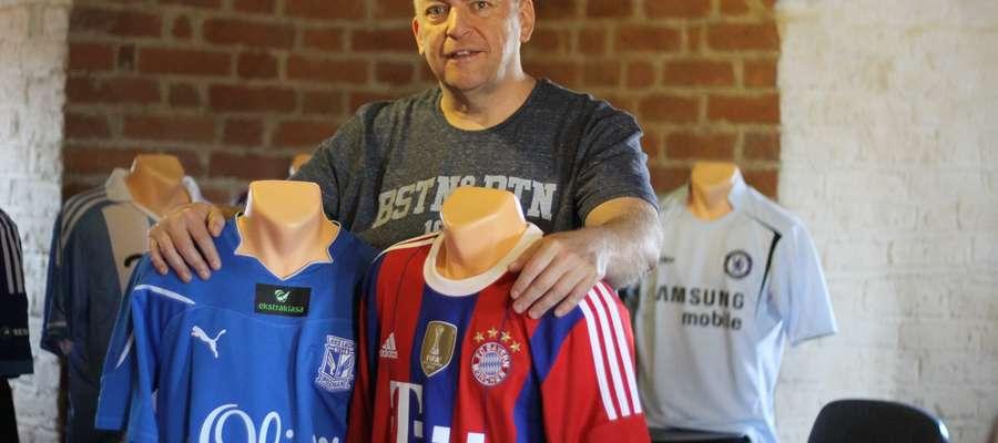 Sławomir Kirkuć zbiera sportowe koszulki od prawie 20 lat. Z lewej strój Artura Wichniarka z czasów gry w Lechu Poznań, z prawej ubiór Roberta Lewandowskiego z Bayernu Monachium