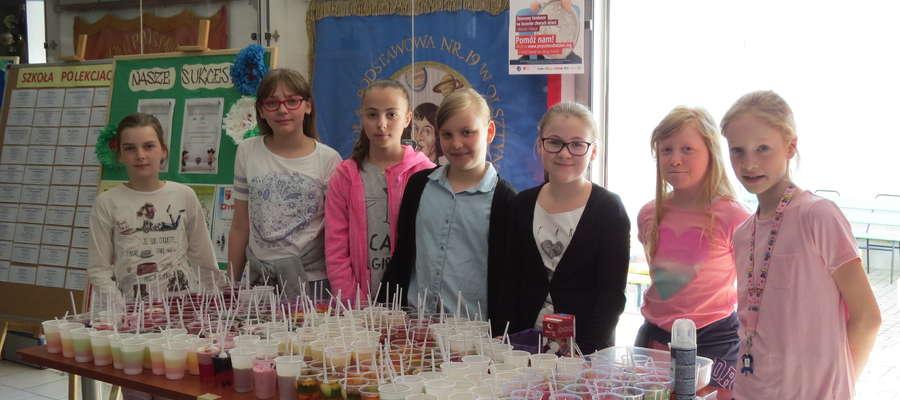 Dzieci z SP 19 kupowały galaretki przygotowane przez ich rodziców. Pieniądze ze sprzedaży wesprą Kilometry Dobra.