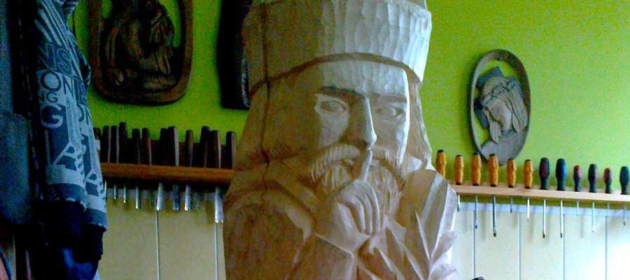 Fragment figurki św Nepomucena podczas prac rzeźbiarskich