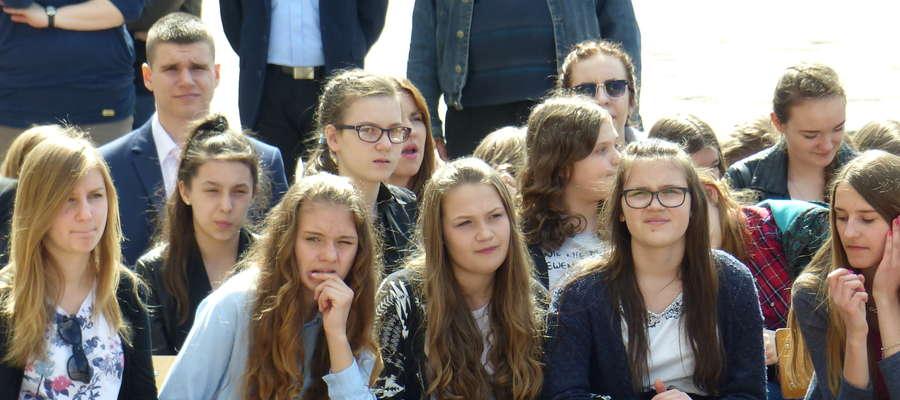 Uroczystość odbywała się na boisku szkolnym