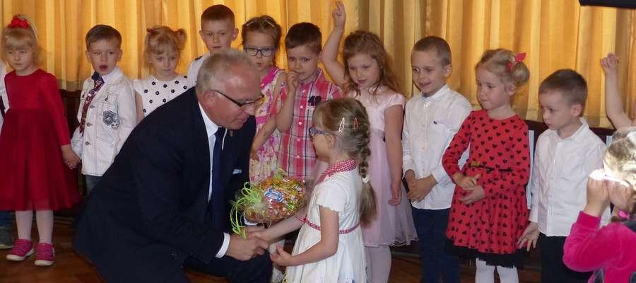 Maluchy po występie otrzymały słodkie upominki