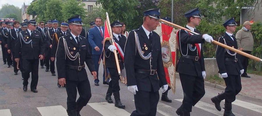 Przemarsz ulicami miasta podczas obchodów Dnia Strażaka w Kisielicach