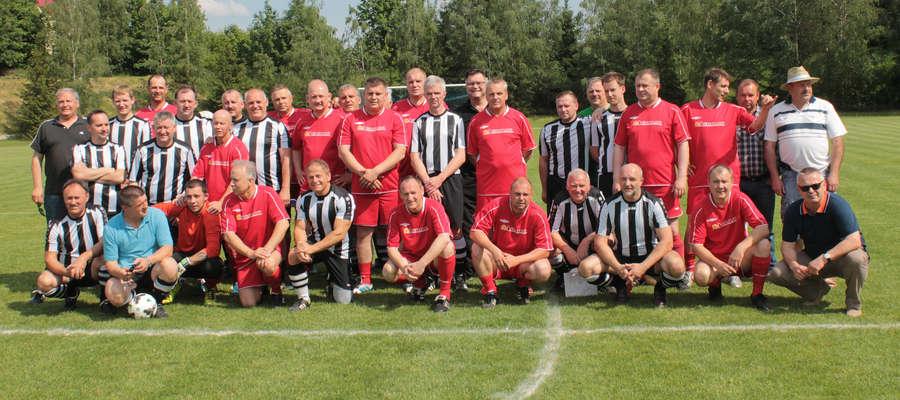 Oldboje Reduty Bisztynek (czerwone stroje) podejmowali w meczu towarzyskim oldbojów SC Enger (Niemcy).