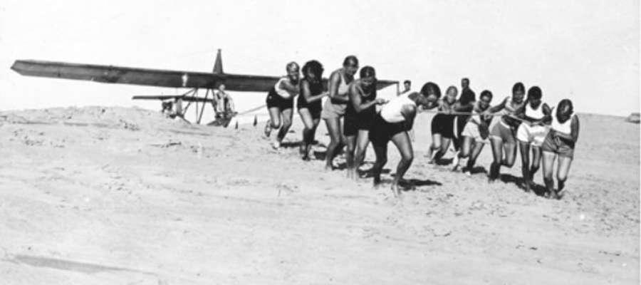 Uczniowie szkółki szybowcowej wciągają szybowiec na wydmę w Rossitten na Mierzei Kurońskiej
