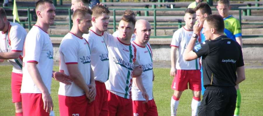 W murze strzelcy bramek, Dariusz Wieliczko ( pierwszy z lewej), Łukasz Wolak (drugi z prawej) i Piotr Rutkowski ( pierwszy z prawej)