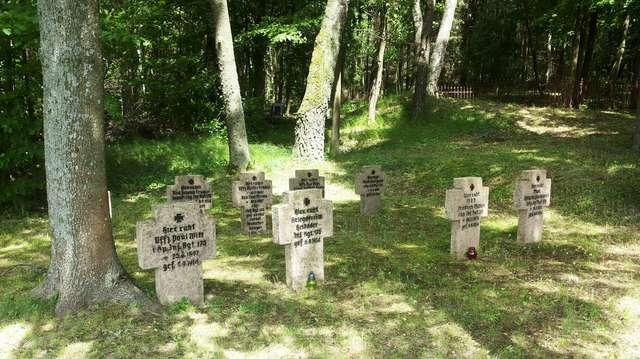 Kwatera wojenna na cmentarzu w Wyłudach - full image