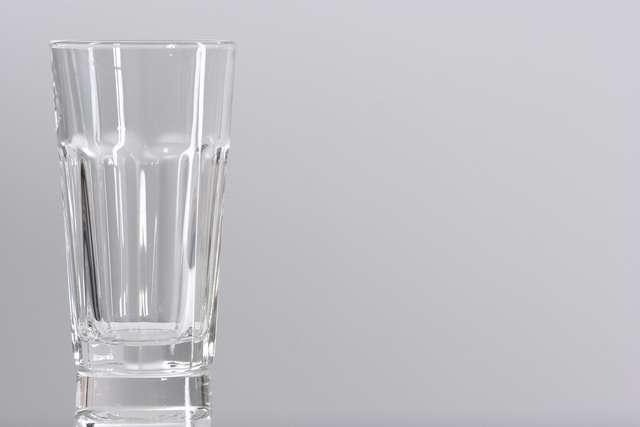 Szklanka wody wypita na czczo zmniejsza głód i nawadnia organizm