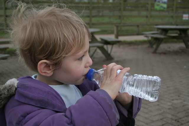 Dzieci w Polsce piją za mało wody - full image