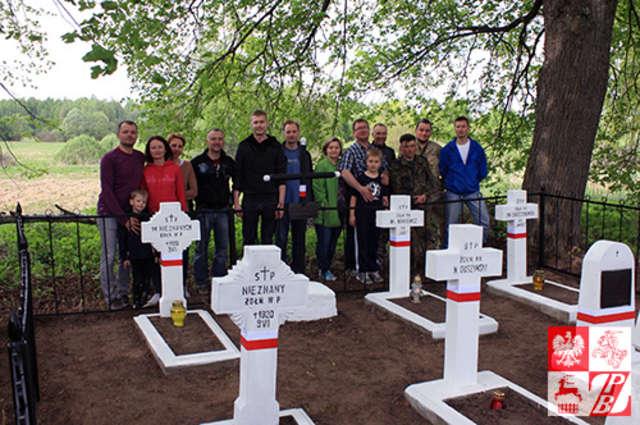"""""""Polacy na Kresach Wschodnich"""" wspólnie z polskimi dyplomatami z Mińska odnowili cmentarz w Burakach - full image"""