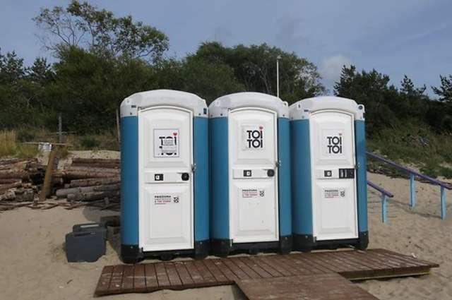 Jednorazowe korzystanie z tej toalety przy kawiarni na plaży w litewskiej Połądze kosztuje dwa euro - full image