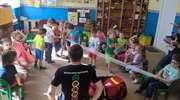 Ratownicy uczyli przedszkolaków jak bezpiecznie spędzić czas nad jeziorem