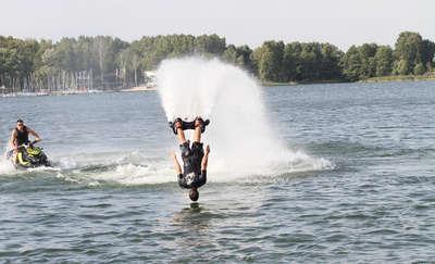 Latająca deska nad jeziorem Ukiel w Olsztynie. Flyboard do wynajęcia od soboty!