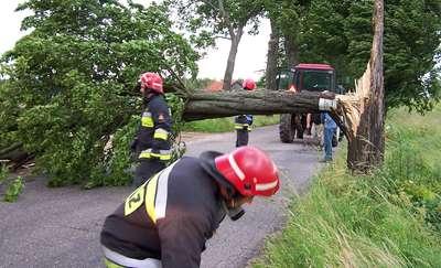 Strażacy ciągle jeszcze usuwają skutki wichury