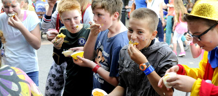 Jedna z ulubionych konkurencji dla dzieci – jedzenie ciastka na czas