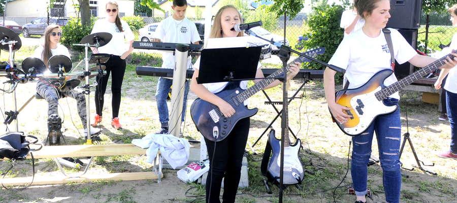 Szkolny zespół muzyczny przygotowany przez dyrektora Piotra Jakubowskiego przygrywał mieszkańcom Lutocina i okolic