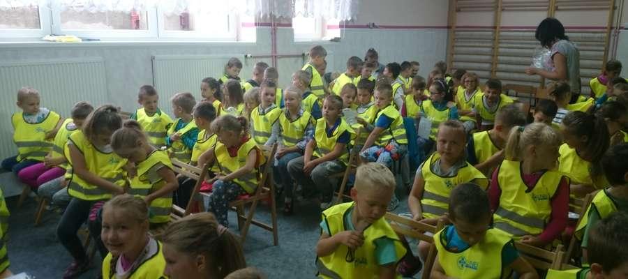 Uczniowie ze szkoły w Mrocznie otrzymali kamizelki odblaskowe