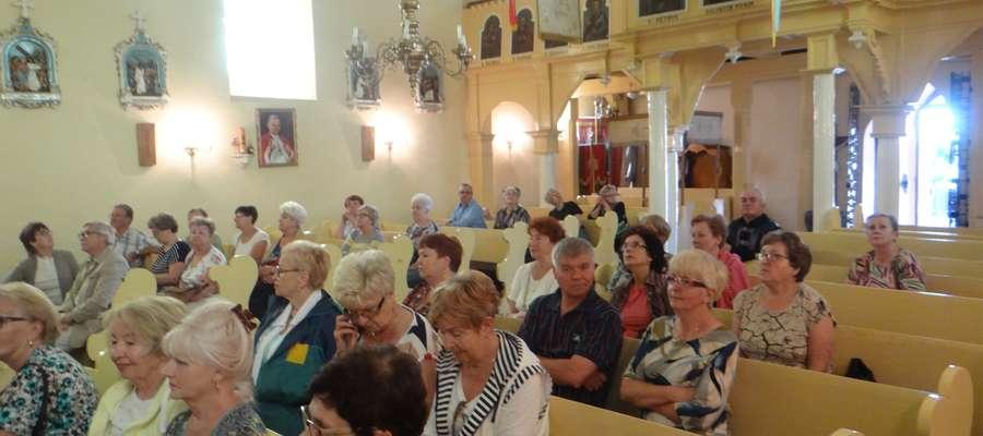 Uczestnicy wycieczki w kościele Skarlińskim
