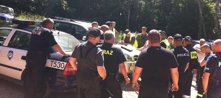 We wtorek 7 czerwca niemal 6 godzin policja przeczesywała pobliskie lasy. Zwłoki znaleziono kilkaset metrów od domu dziewczyny