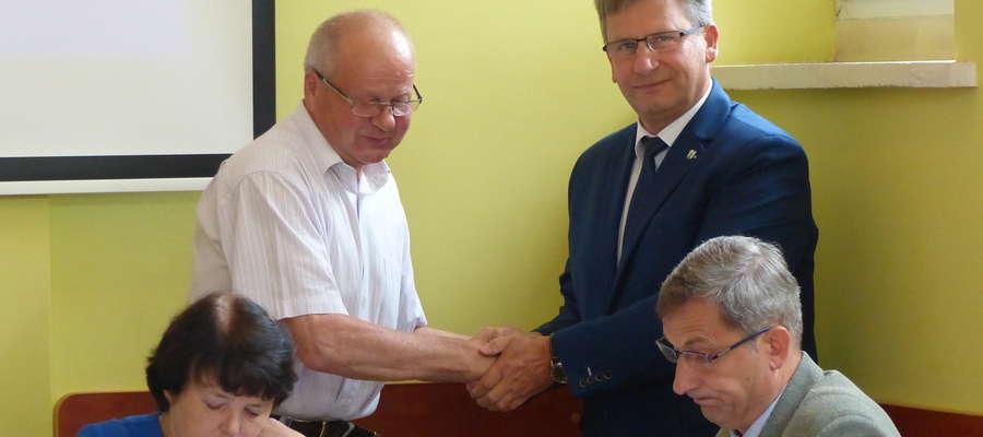 Burmistrz Susza Krzysztof Pietrzykowski przyjmuje gratulacje od przewodniczącego Rady Miejskiej Zbigniewa Skolimowskiego