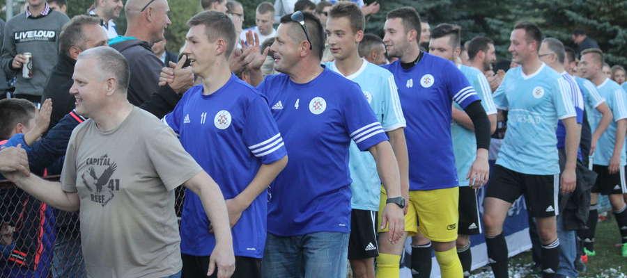 Grzegorz Błocki (trzeci z lewej, w niebieskiej koszulce z nr 4) zrezygnował z prowadzenie seniorów Cresovii Górowo Iławeckie