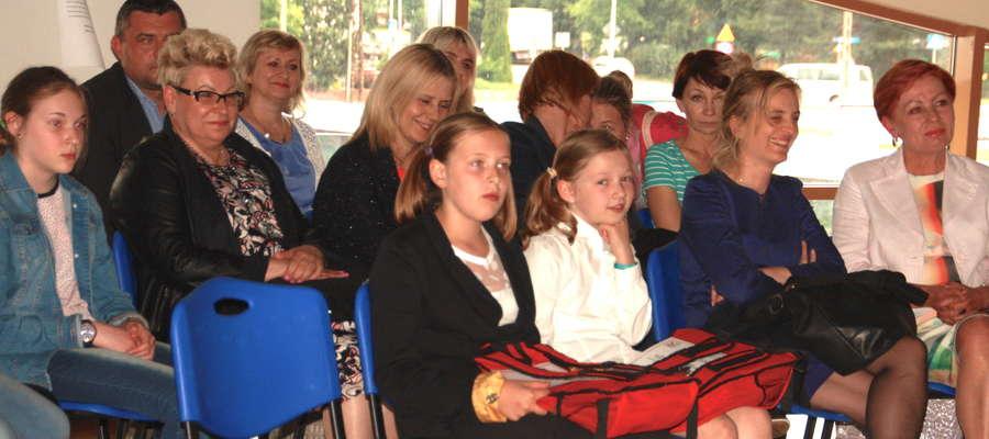 Laureaci konkkursu, ich nauczyciele, przedstawiciele władz i organizatorzy przedsięwzięcia spotkali się w czwartek w sali konferencyjnej Ekomariny