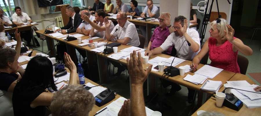 Radni głosują za nieudzieleniem burmistrzowi Bartoszyc absolutorium za wykonanie budżetu na 2015 rok