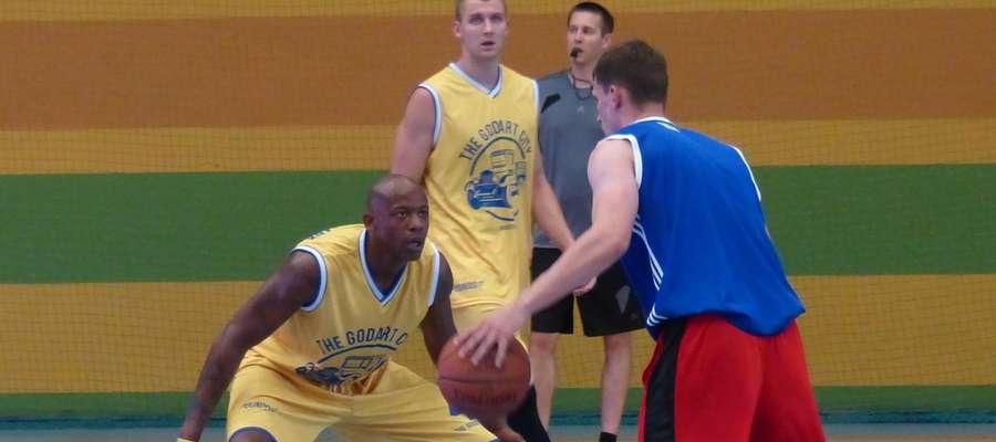 W Broken Ball znowu zagrają gwiazdy polskiej koszykówki, w tym m.in. Michael Hicks i Przemysław Zamojski (obaj w żółtych strojach)