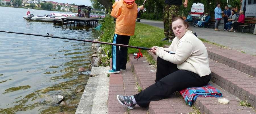 Fiszoterapia to nowa forma zajęć, dzięki którym u osób niepełnosprawnych następuje rozwój manualny. Do tego mają one kontakt z naturą, ale także uczestniczą w życiu społeczeństwa
