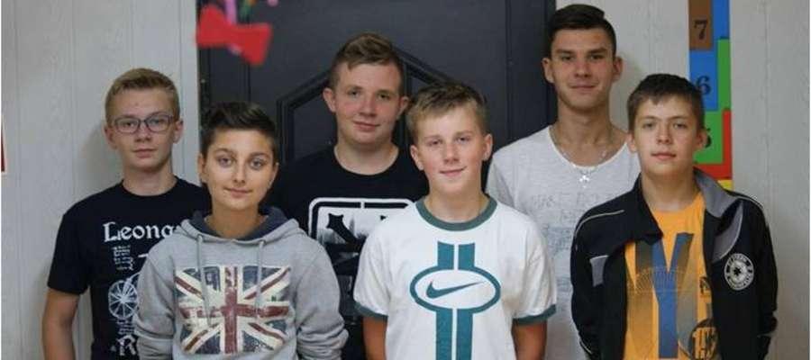 """Studio """"Plastuś"""" w komplecie -od lewej: Jakub Cybulski, Bartosz Ruczyński, Miłosz Piotrowski, Emil Piszewski, Andrzej Piotrowski, Tadeusz Kornacki"""