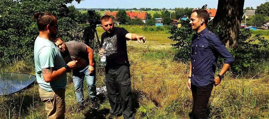Michał Młotek (z prawej) podczas pracy z ekipą tworzącą program poświęcony bitwie pod Tannenbergiem
