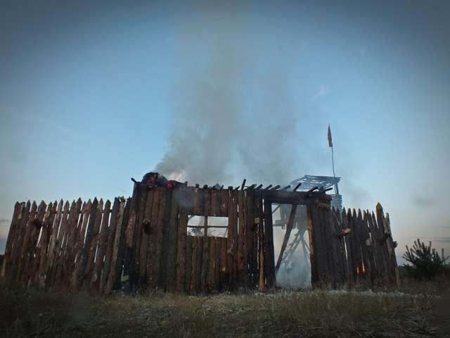Łuna pożaru znad grodu i chorągwie krzyżackich rycerzy. Zobacz z zdjęcia z Bitwy o Rybno 2016! - full image