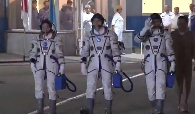 Troje astronautów poleciało na Międzynarodową Stację Kosmiczną. Spodziewany powrót w październiku - full image