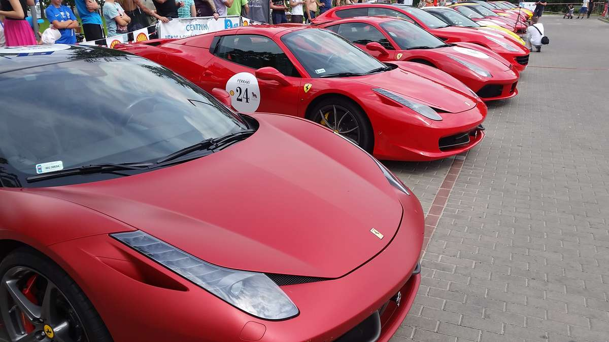 Ferrari w Olsztynie. Super auta zaparkowały przy jeziorze Ukiel - full image