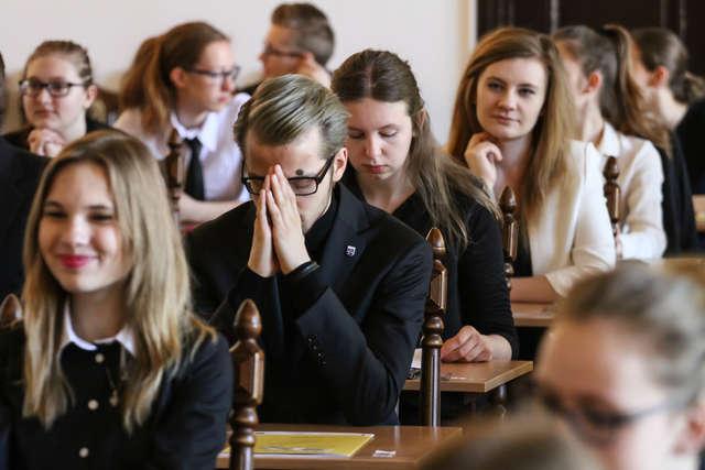 Maturzyści napisali ostatni egzamin - full image