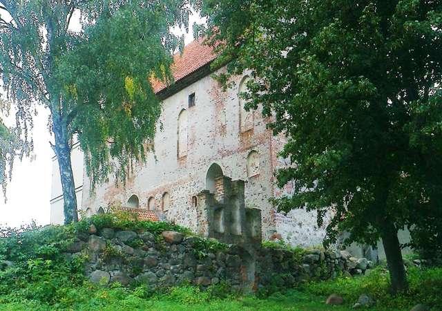 Zamek/kościół w Bezławkach