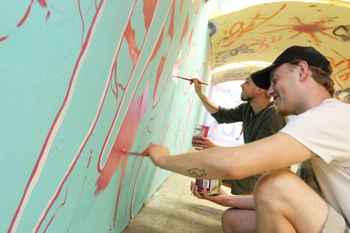Nowy mural w tunelu przy 1 Maja w Olsztynie. 10-metrowy turkusowy jamnik... [ZDJĘCIA] - full image