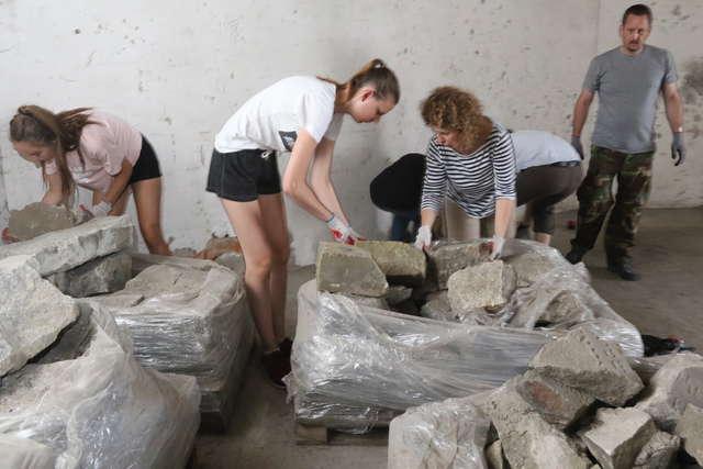Wolontariusze inwentaryzują macewy z dawnego cmentarza - full image