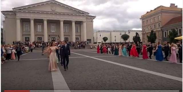 Maturzyści z Wilna zatańczyli poloneza wileńskim placu Ratuszowym - full image