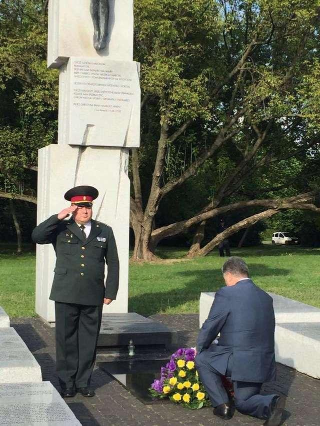Prezydent Poroszenko oddał hołd ofiarom zbrodni wołyńskiej - full image