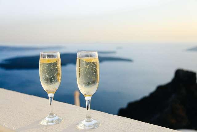 Alkohol osłabia mechanizmy obronne organizmu. Unikaj go podczas wakacji - full image