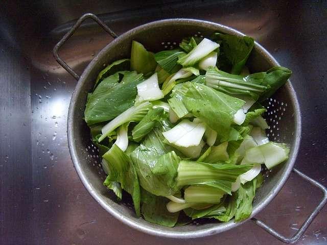 Myj dokładnie paczkowane owoce, warzywa i sałaty - full image