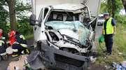 Jeden samochód dachował i zatrzymał się w rowie, drugi uderzył w drzewo
