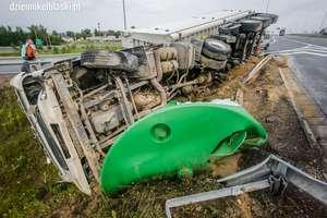 Wypadek na S7. Ciężarówka w rowie