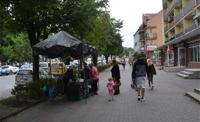 Czy powinno się handlować na chodnikach w centrum Olecka?